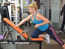 девушка занимается в спортзале