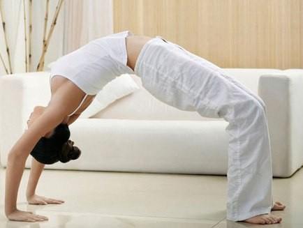 девушка делает упражнение мостик