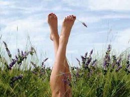 женские ножки в траве