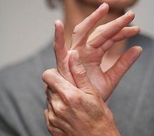 Боли в суставах пальцев рук - есть ли спасение от этой напасти?