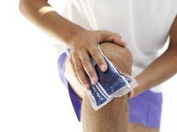 боль в колене приложить лед