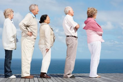пожилые люди на пирсе
