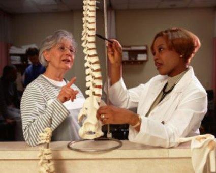 врач объясняет строение позвоночника