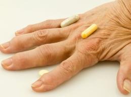 рука с таблетками