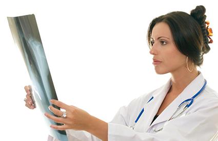 доктор смотрит на рентгенологический снимок
