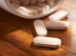 таблетки на деревянном столе