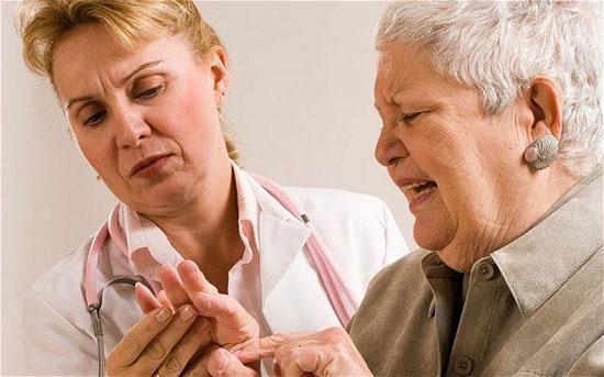 врач диагностирует артрит
