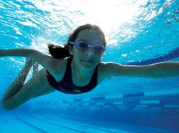 девочка плывет под водой