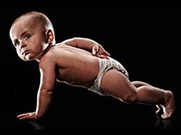 малыш отжимается на одной руке