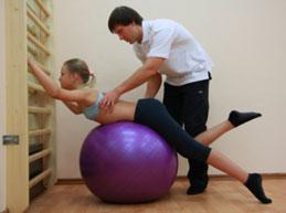 девочка занимается с инструктором ЛФК