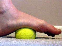 массаж стопы с помощью мячика