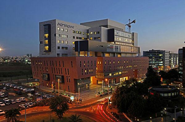 Здание клиники Ассута в Тель-Авиве