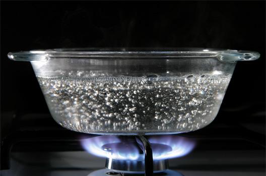 кастрюля с водой на плите