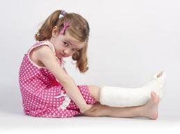девочка с забинтованной ногой