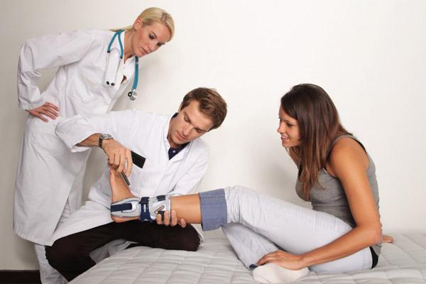 ортопед-травматолог консультируется с неврологом