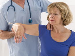 пациент на осмотре у ортопеда