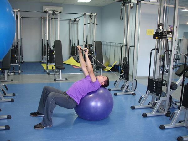 упражнение с фитболом и эспандером
