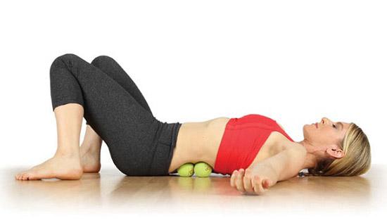 массаж поясницы теннисными мячами для уменьшения болей