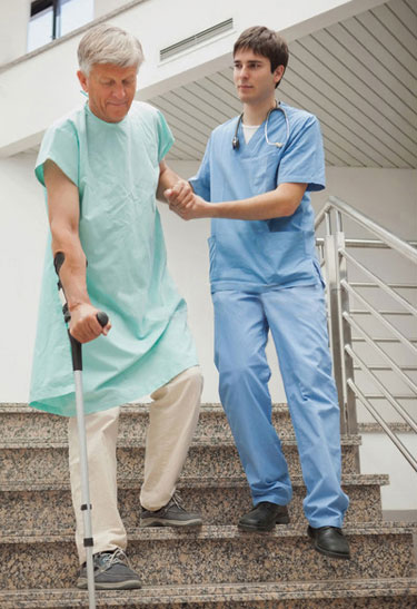 врач помогает пациентку спускаться по лестнице