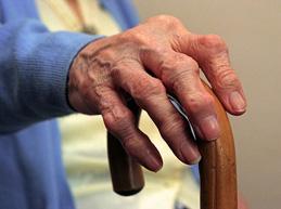 рука пожилой бабушки