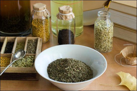 приготовление лекарства из сушеных трав